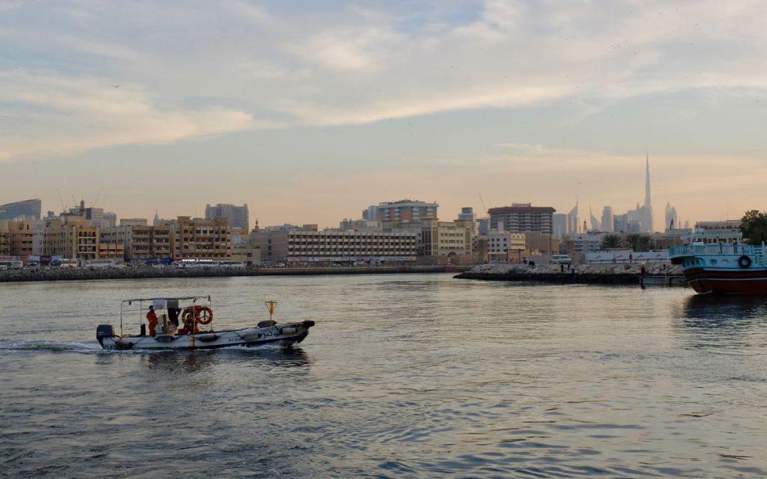 Arabische Buchstaben in Form eines Bootes
